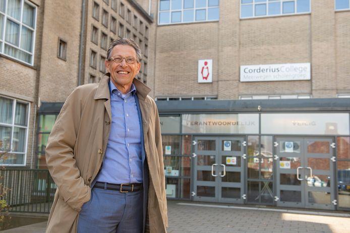 Oud-rector Egbert Boerma voor het Corderius College. ,,Niemand mag zich achtergesteld voelen, iedereen telt evenveel mee.''