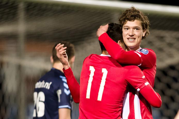 Sam Lammers viert een goal bij Jong PSV.
