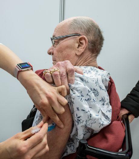 GGD drukt in Ede gaspedaal in, Arnhemse huisarts wacht op levering; zó verloopt het vaccineren in de regio