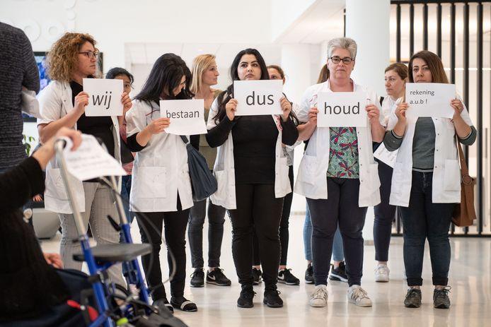 Afgelopen vrijdag. Medewerkers van Care Free Twente protesteren bij Menzis.