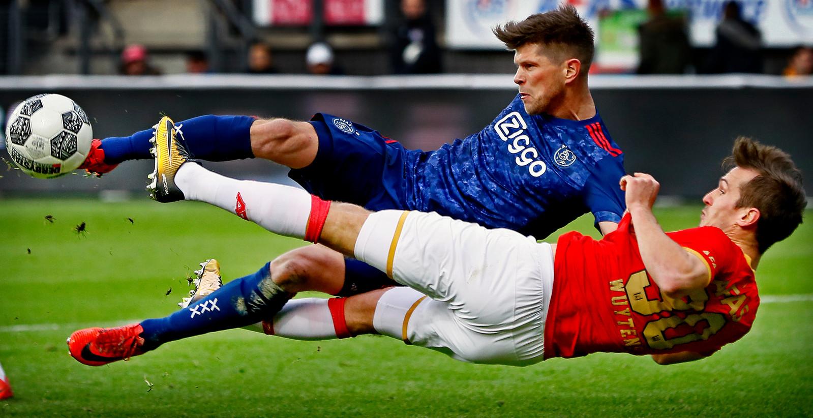 Klaas-Jan Huntelaar en Stijn Wuytens tijdens AZ - Ajax vorig seizoen.