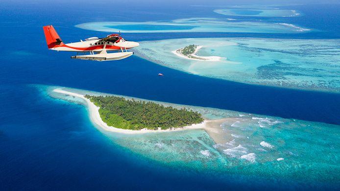 Een vliegtuig boven de Malediven