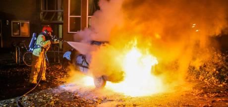 Auto brandt volledig uit in Helmond nadat er vermoedelijk vuurwerk ingegooid is