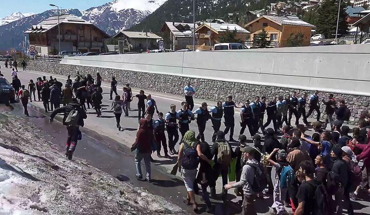 Een confrontatie tussen Franse agenten en betogers langs de Frans-Italiaanse grens in de Alpen.  Beeld AFP