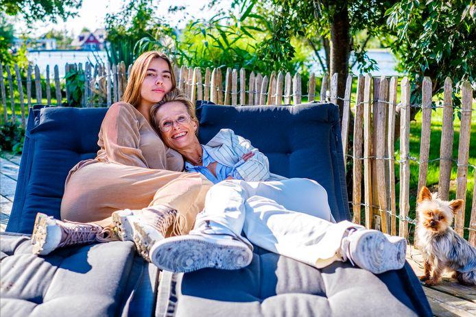 Jipp Janssen-Heldoorn (24) en haar moeder Lou Niestadt (53) uit Vinkeveen.