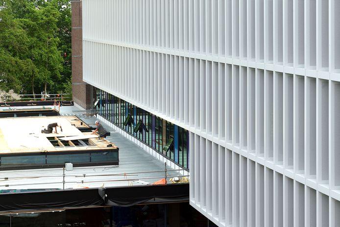 Het werk aan het nieuwe stadskantoor HUIS van Roosendaal vordert gestaag. Hier in beeld: het dak van de vergader- en trouwzalen, waarop een daktuin met bijenkasten komt.