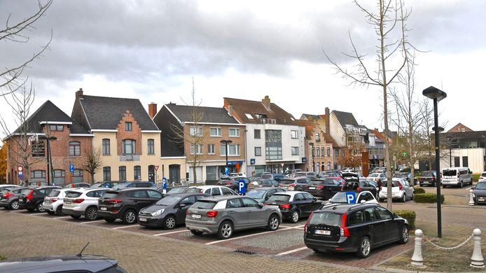 De Sint-Denijsplaats in Geluwe: de stad laat onderzoeken of tegen de kerk de Reutelbeek kan worden opengelegd.