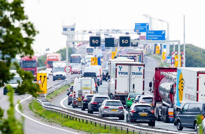 File op de A29 bij Numansdorp door de snelheidsbeperkingen op de Haringvlietbrug.
