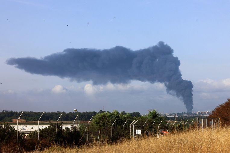 Een grote rookpluim stijgt op uit de Gazastrook na luchtaanvallen door het Israëlische leger. Beeld AFP