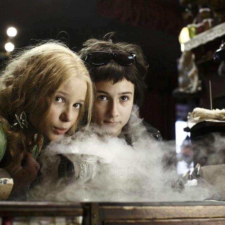 Marta Martin en Laura Roge in De vampierzusjes van Wolfgang Groos. Beeld