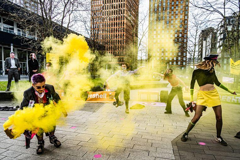 In mei voerde Greenpeace, Extinction Rebellion, Fossielvrij NL en andere klimaatgroepen al actie om ABP op te roepen om investeringen in Shell terug te trekken.  Beeld Joris van Gennip