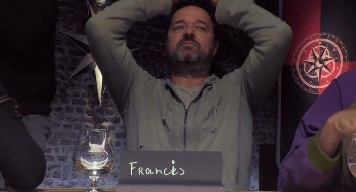Kees Boot grijpt naar zijn hoofd in de eerste aflevering van De Verraders.