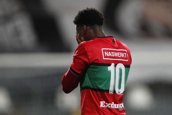 Jonathan Okita is teleurgesteld, nadat hij de kans op de winnende goal tegen VVV heeft laten liggen.