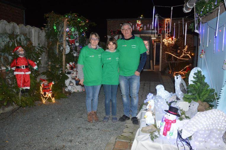 Sandra, Lobke en Dirk in hun tuin die werd omgevormd tot kerstdorp.