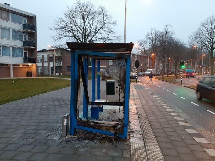 Een gesloopt en uitgebrand bushokje aan de Postelse Hoeflaan. Het hokje aan de overkant is ook gesloopt.