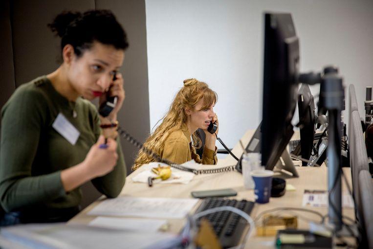 Medewerkers van de GGD in Dordrecht bellen voor bron- en contactonderzoek.  Beeld Arie Kievit