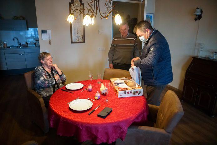 Brasserie Bernard zette voor Pasen een paasontbijtservice op. Het stel Harry en Marian Koolen-van Giels was een van de gelukkige afnemers.