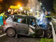 A27 bij Oosterhout bezaaid met brokstukken: auto botst op pijlwagen