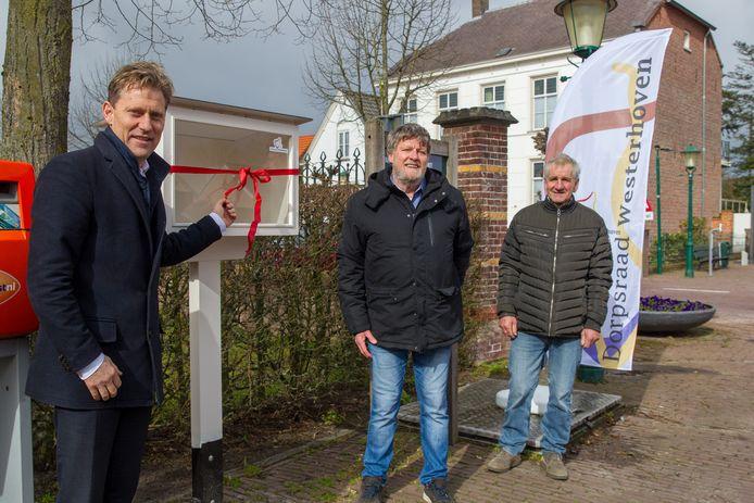 Vlnr: Wethouder Mathijs Kuijken , dorpsraadvoorzitter Ad Bone en maker Piet Adriaans bij het eerste boekenhuisje van Westerhoven. Door die boekenhuisjes kunnen mensen eigen boeken met elkaar uitwisselen.
