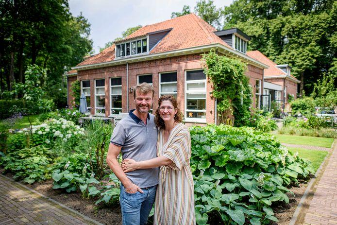 Het is even zoeken, maar dit is de 'verborgen' tuin van Pim en Nicole Workel aan de Dorpsstraat in Lonneker.
