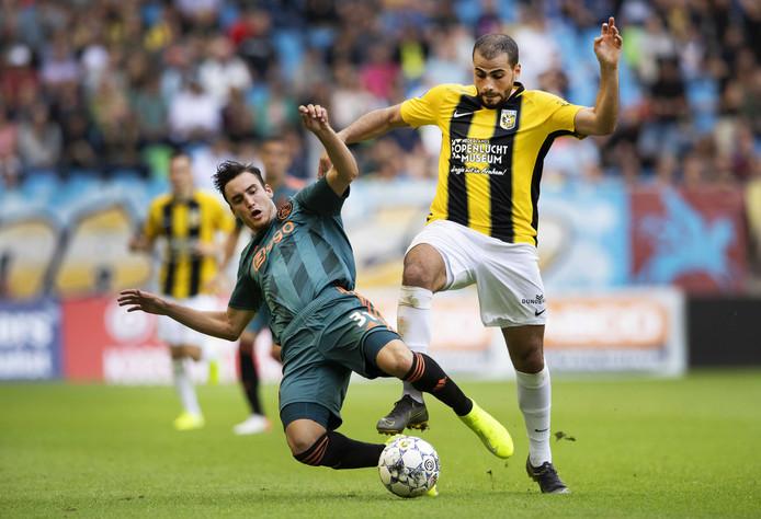 Oussama Tannane duelleert met Ajacied Nico Tagliafico.