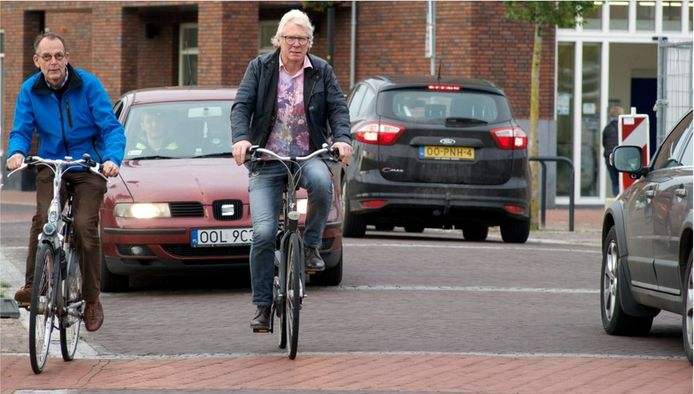 Bard Peskens (links) fietst in 2015 met John Hoogma, toen ook actief in de afdeling Ommen van de Fietsersbond, over de vernieuwde Vechtkade. Beide heren betitelden het destijds als het 'plein van de chaos'. Hoogma is nu in Steenwijk actief voor de bond.