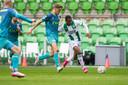 Sven Mijnans in duel met Paulos Abraham, die in blessuretijd een enorme kans liet liggen op de 2-2.
