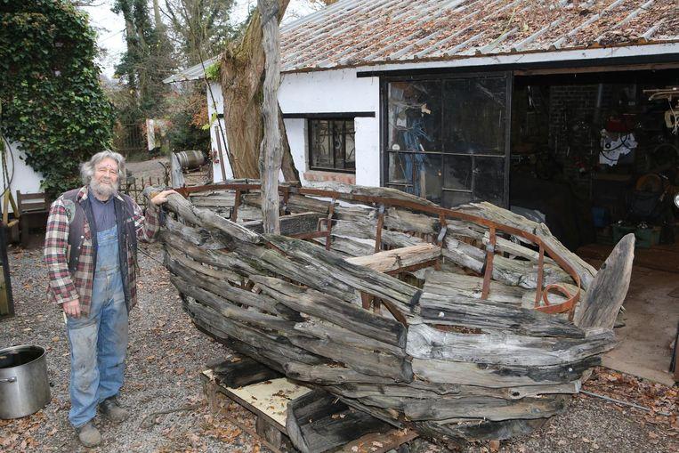 Kunstenaar Edwin Degelin bij zijn herstelde Aak, die nu nog aan zijn atelier staat.