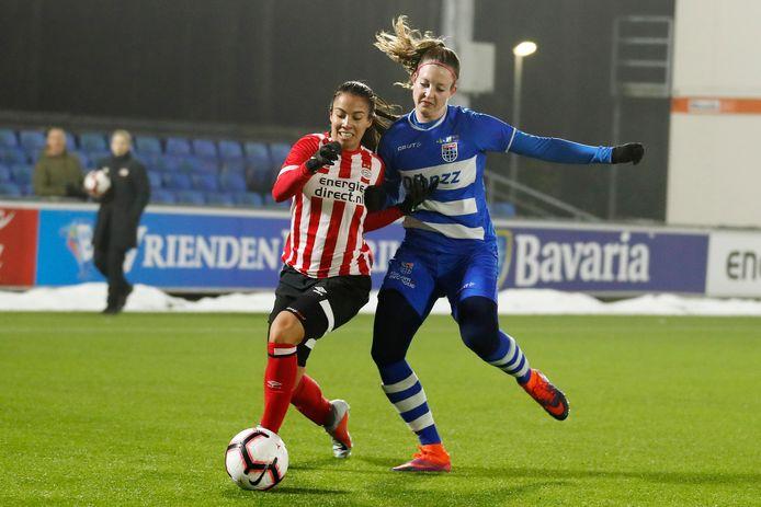 Yvette van Daelen - rechts, in gevecht met Naomi Pattiwael van PSV - neemt na acht seizoenen afscheid van PEC Zwolle.