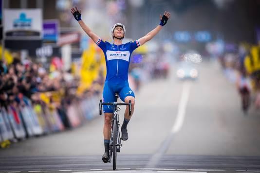 Niki Terpstra viert zijn zege in de Ronde van Vlaanderen.