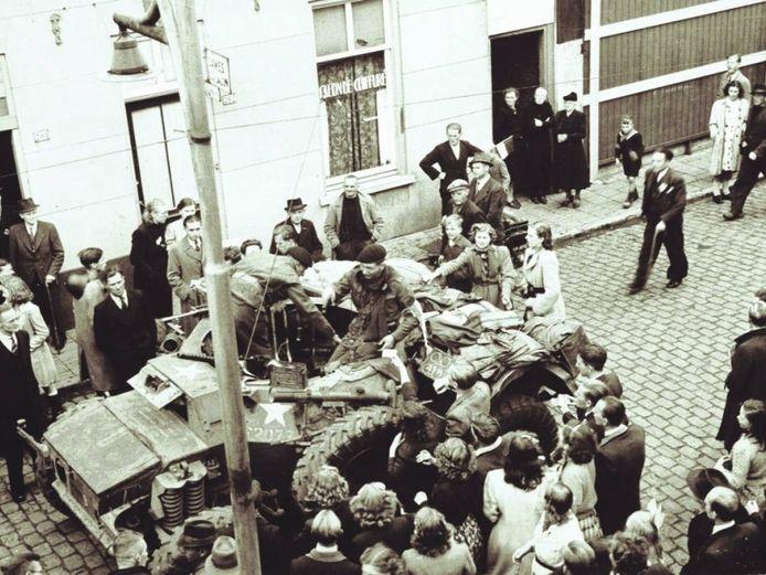 Engelse soldaten rijden Helmond binnen op 25 september 1944. De stad is bevrijd.