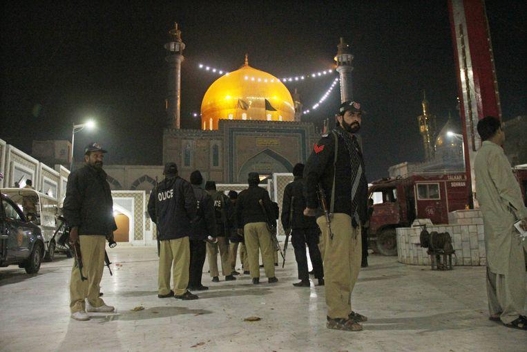 Veiligheidsmedewerkers bij het Lal Shahbaz Qalander-heiligdom in Sehwan. Beeld EPA