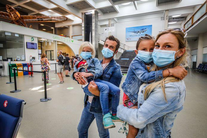 Thomas, Ine en dochters Fleur en Tess gaan op vakantie naar Mallorca.