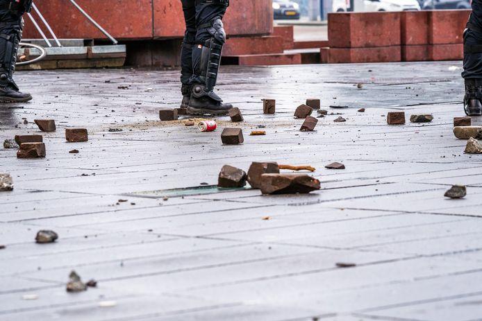 Stenen tijdens de rellen in Eindhoven op het 18 Septemberplein.