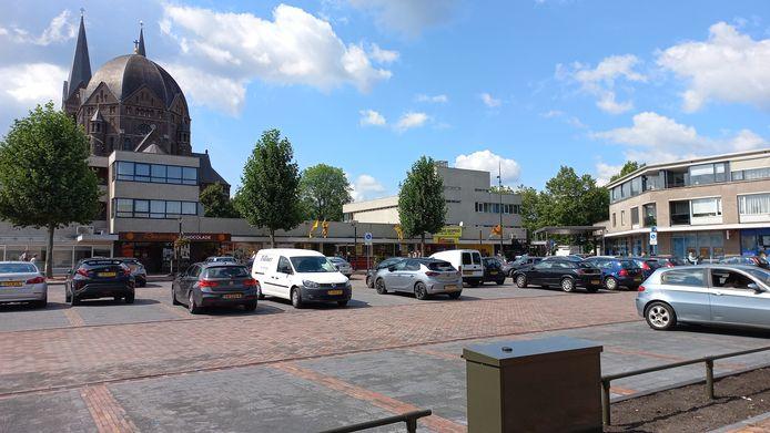 Het marktplein aan de Heuvel met de achterkanten van de supermarkten