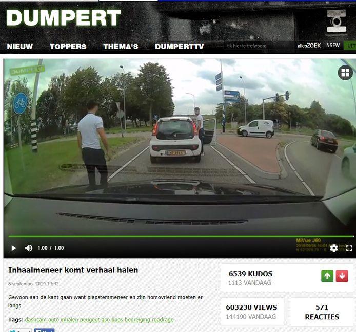 De bestuurders van de witte Peugeot komen verhaal laten nadat de auto voor hen niet hard genoeg gaat.