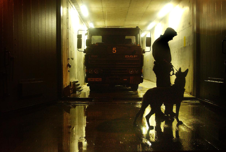 Bewaking van de Vliegbasis met de hondenbrigade, 4 februari 2003.   Beeld Hollandse Hoogte / Dolph Cantrij