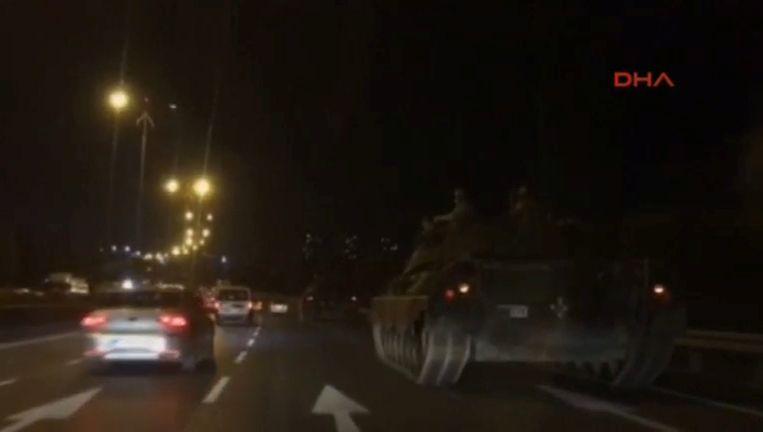 Tanks over de weg nadat het leger de macht heeft gegrepen in Turkije. Beeld REUTERS
