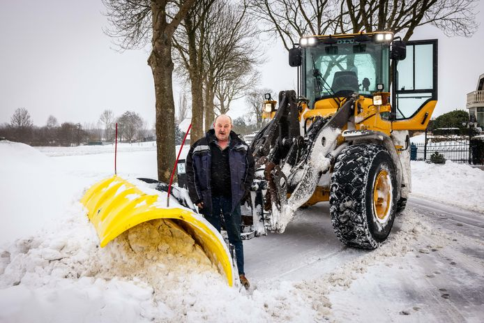 Guus Smit bij zijn shovel met sneeuwschuiver. Slapen is er op dit moment niet bij.