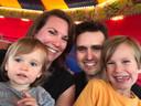 Kermisexploitant Berry Ketelaars met zijn vrouw en kinderen in hun eigen attractie, De Rups