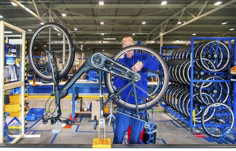 Fietsenfabrikant Gazelle heeft de productie weer opgestart, nadat de fabriek vanwege de coronacrisis drie weken was gesloten.  Beeld ANP