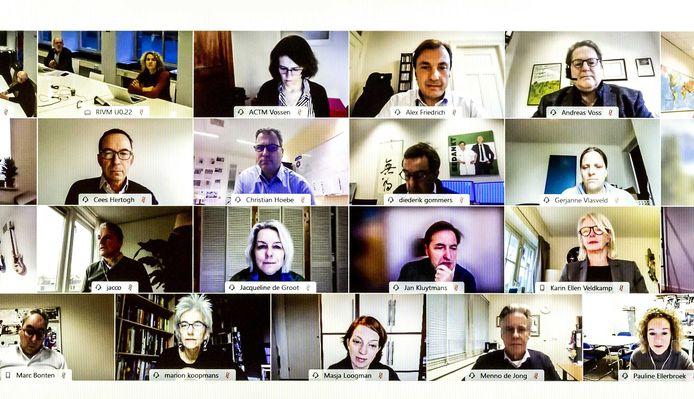 OMT-leden op een videoscherm, voorafgaand aan een vergadering van het Outbreak Management Team (OMT).