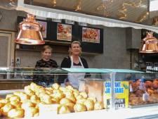 Oliebollenbakker Mary profiteert van stroomstoring in Apeldoorn: 'Heb er wel 100 verkocht'