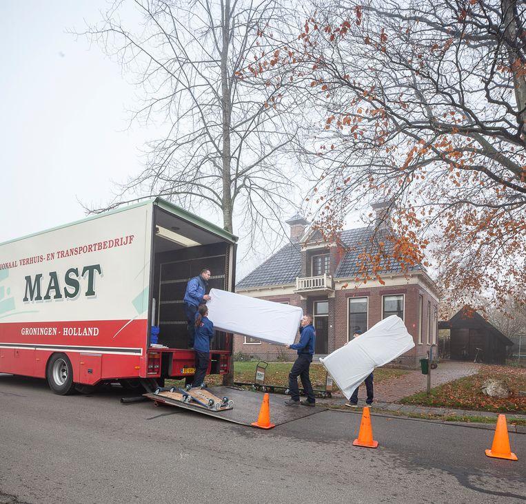 Verhuizers in de weer bij het huis van de familie Jansen in Zeerijp.  Beeld Harry Cock / de Volkskrant