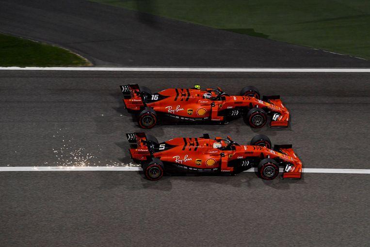Charles Leclerc (boven) snelt teamgenoot Vettel voorbij in Bahrein. Tot tien ronden voor het einde leek hij zegezeker. Beeld Photo News