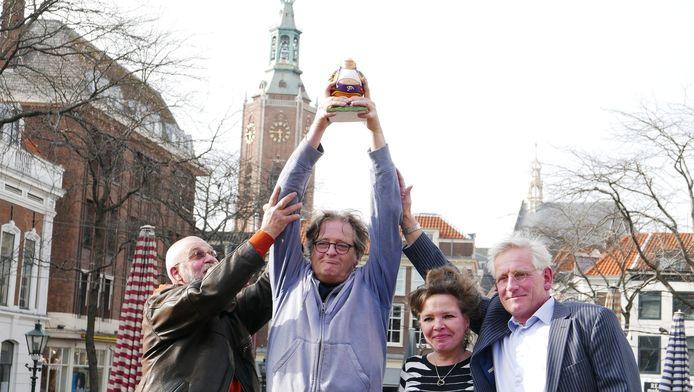Vlnr.: Bouke Schuemie, broer Robert-Jan Rueb, Marnix'vriendin Nienke van Akkeren en broer Alexander Rueb met het beeldje van Haagse Harry.