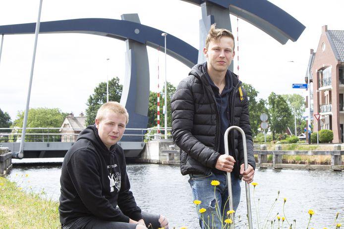 Thomas Olsman (links) en René Eggink uit Westerhaar bij het kanaal waaruit zij in november 2019 een drenkeling redden.
