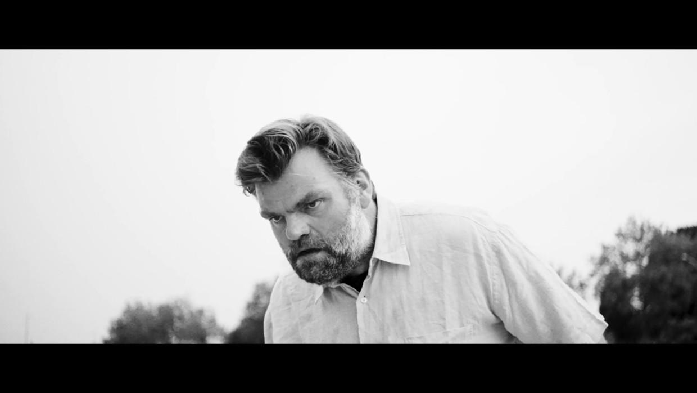 Stefaan Degand in de clip van 'Falling Down' Beeld B&H