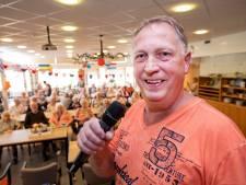 Andy (62) wil bij ieder verzorgingshuis in Apeldoorn zingen en is al over de helft