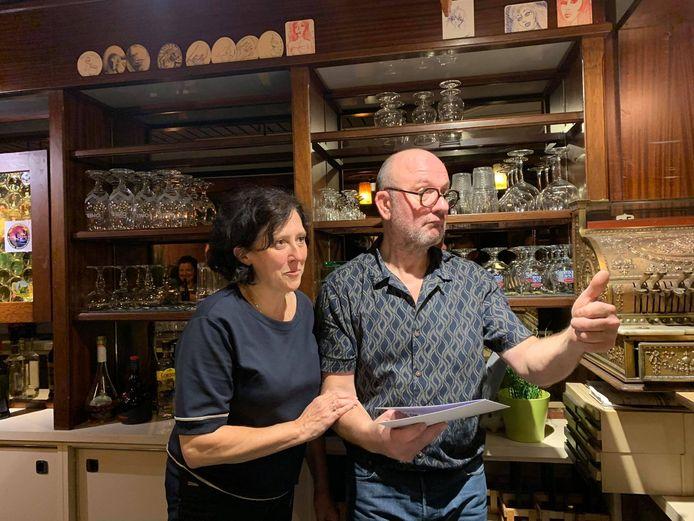 Jenci Boury en Veerle Allegaert werden verrast door een aantal klanten gisteren, op hun laatste cafédag.
